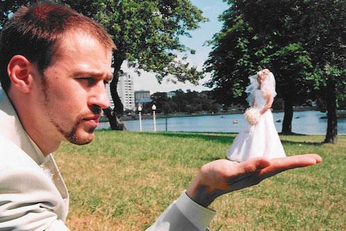 Жених держит невесту на ладошке.