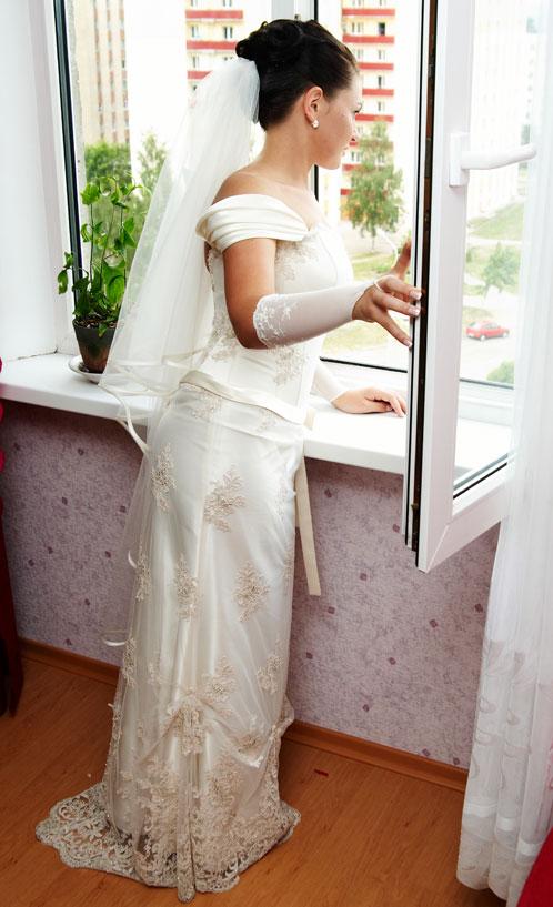 «Выгляни в окошко» - невеста в ожидании жениха.