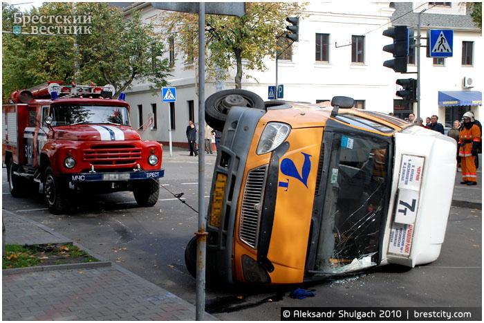 В результате ДТП в Бресте перевернулась маршрутка