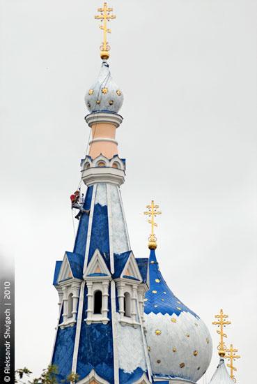 Свято-Николаевская церковь меняет цвет куполов