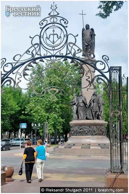 Арка у памятника 1000-летию Бреста