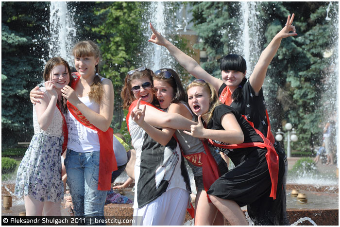 Последний звонок. Девушки в фонтане