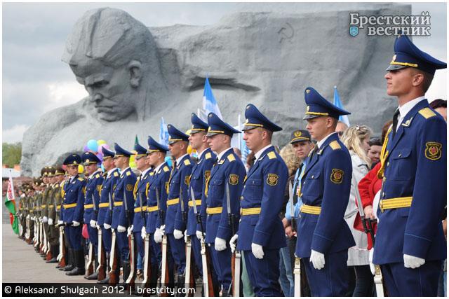 """Более 10 тыс. человек приняли участие в торжествах в мемориальном комплексе """"Брестская крепость-герой"""""""