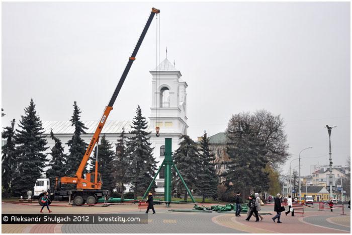 Установка новогодней ели на площади Ленина в Бресте