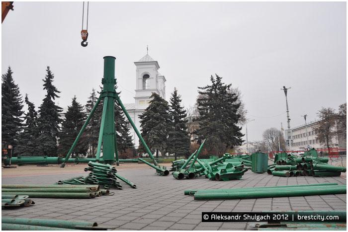 Установка новогодней елки на площади Ленина в Бресте