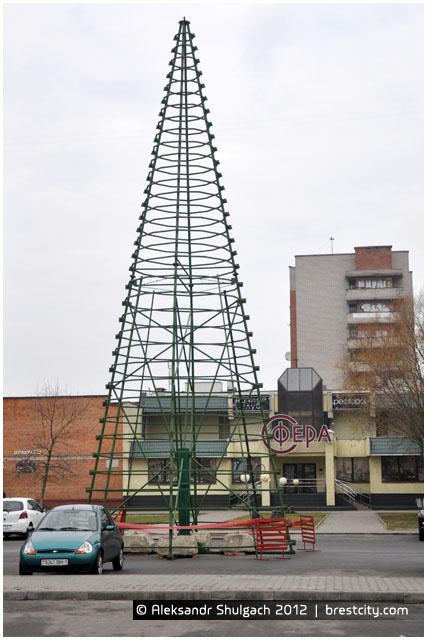 """Каркас новогодней елки в микрорайоне """"Ковалево"""" возле клуба """"Сфера"""""""