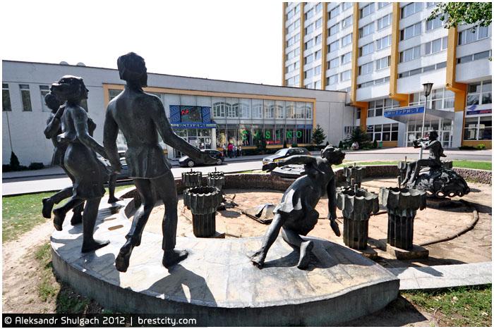 Скульптурная композиция у фонтана возле здания «Интуриста»