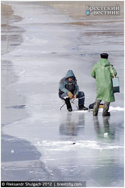 Рыбаки на Гребном канале в Бресте