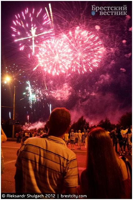 Праздничный фейерверк на День города в Бресте
