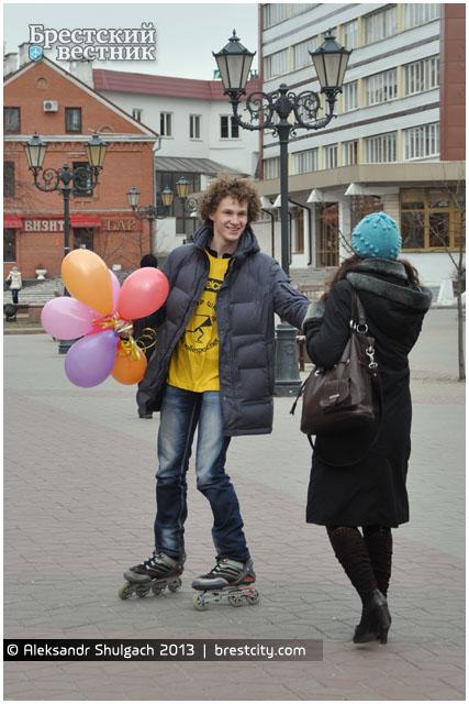 Позравление с 8 марта на улицах города