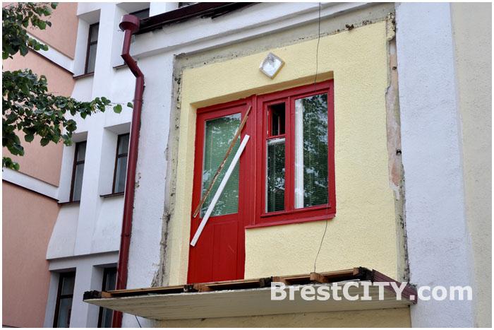 Грузовик зацеил балкон жилого дома в Бресте