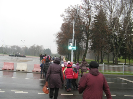 Дети переходят через дорогу