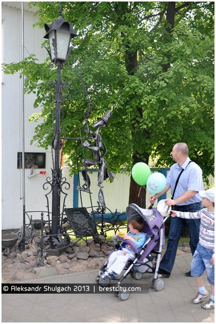 Скульптура фонарщика в Бресте возле КУП