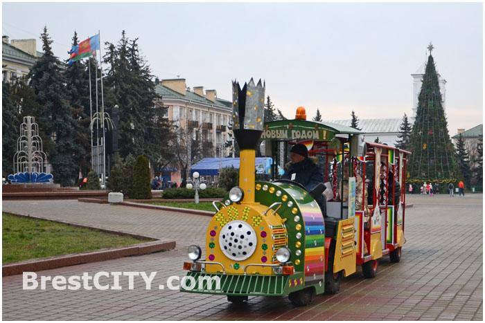 Новогодние аттракционы на площади Ленина в Бресте
