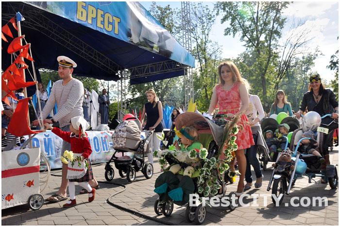 Парад колясок в Бресте 1 июня 2013
