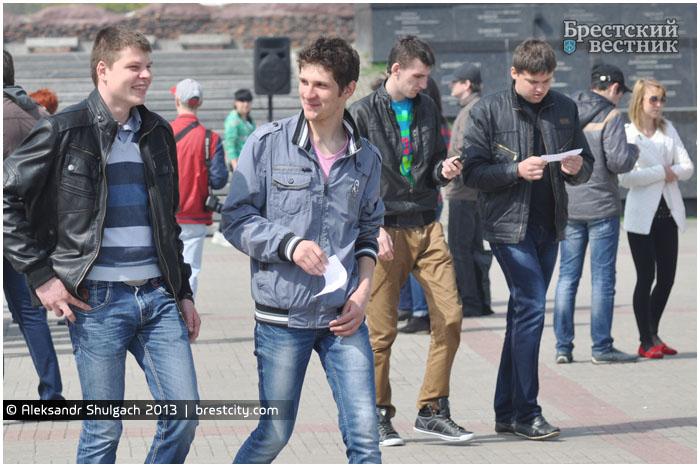 Вручение повесток призывникам в Брестской крепости.