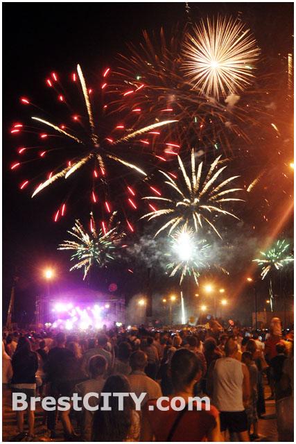 Праздничный салют в Бресте на Гребном 27 июля 2013