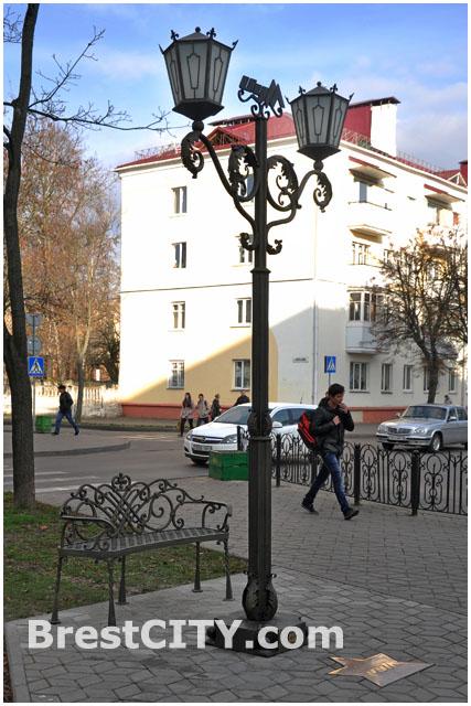 Скамейка у фонаря ЦУМА в Бресте на улице Гоголя
