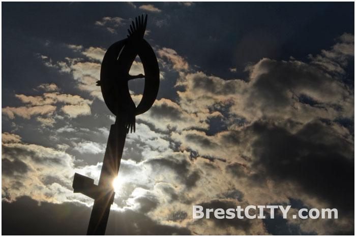 Стела Аист в Бресте возле Гребного канала