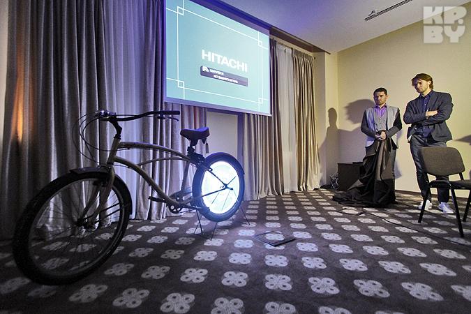 Два брестчанина изобрели светящуюся велосипедную рекламу и стали звездами телешоу Великобритании