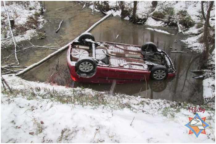 Автомобиль опрокинулся в кювете