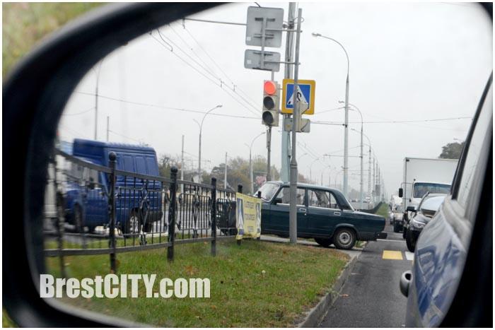 Автомобиль переезжает разделительную полосу в Бресте