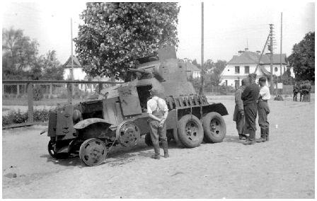Возле парка Свободы подбитый в первый день Великой Отечественной войны бронеавтомобиль БА-3 Красной Армии