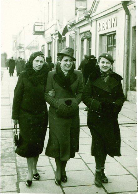 Брестчанки прогуливаются по улице 3-го мая (современная Пушкинская), 1935 год.
