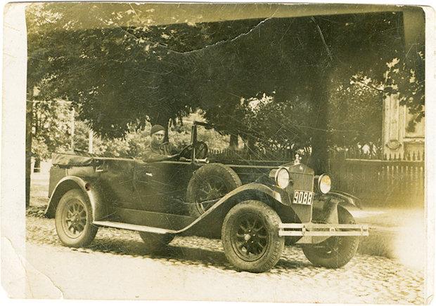 Брестчанин колесит по городу на одном из первых автомобилей в Бресте, фото 2-й половины 20-х годов.