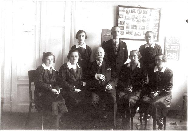 Работницы представительства фирмы Singer в Бресте, фото 1929 года.