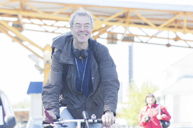 Велосипедист едет из Германии на Чемпионат мира по хоккею
