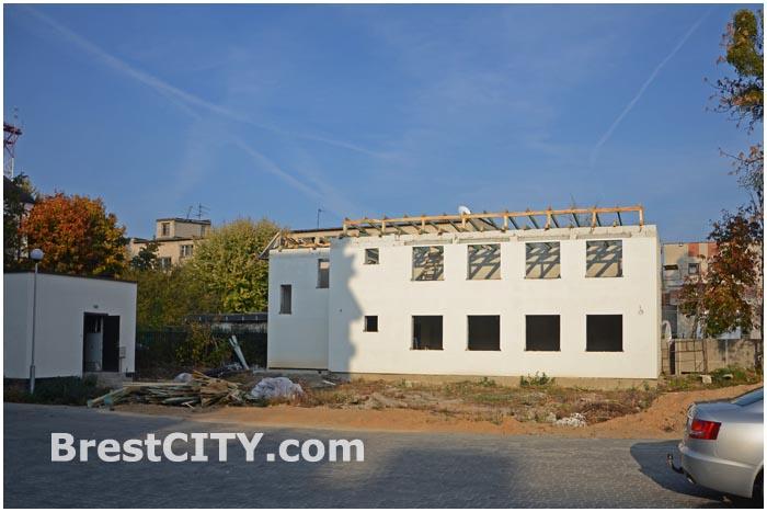 В центре Бреста демонтируют незаконно построенное здание