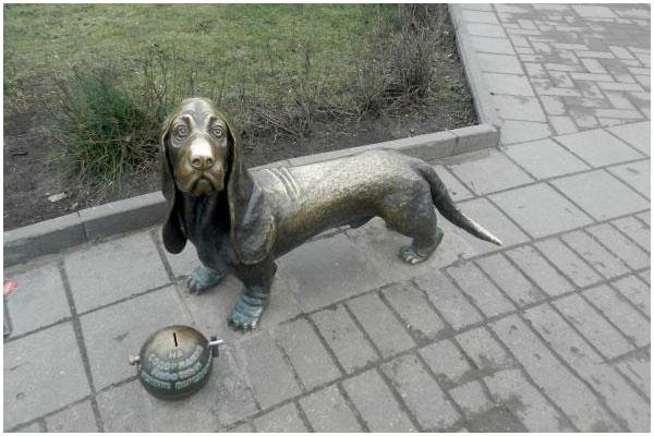 Памятник бездомной собаке в Костроме