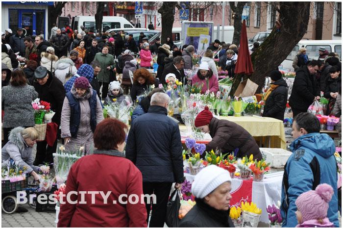Цветы возле Центрального рынка в Бресте на улице Пушкинской. 8 марта
