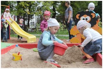 Детский сад. Дети играются в песочнице