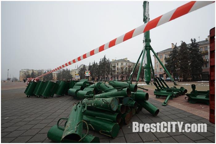 Монтаж городской елки на площади Ленина в Бресте