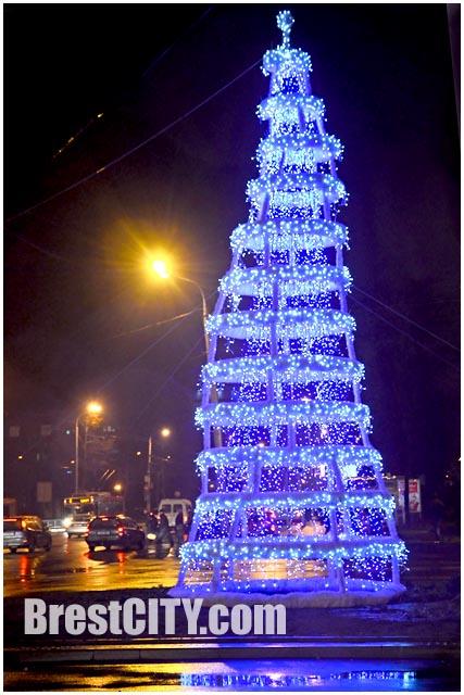Космическая елка на бульваре космонавтов в Бресте