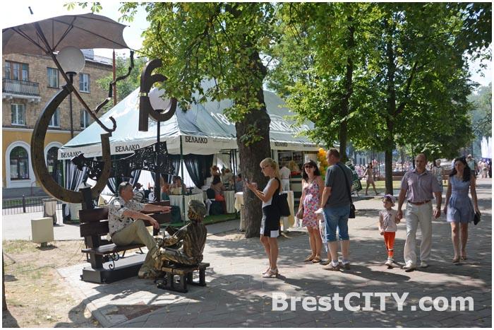 Новые фонари на аллее фонарей в Бресте