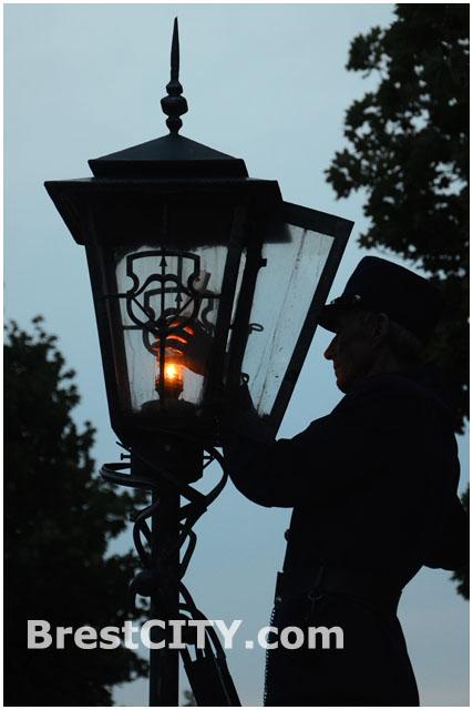Брестский фонарщик зажигает фонари на ул. Советской