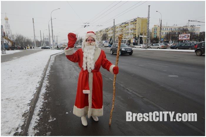 Дед Мороз поздравил водителей на дорогах Бреста