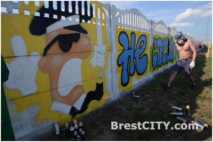 Уличные художники разрисовали забор. Граффити