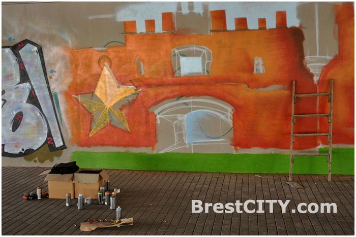 Граффити ко Дню победы под мостом возле Брестской крепости