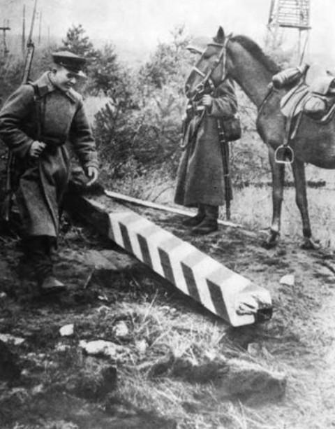 Советские пограничники возле поверженного польского пограничного столба. Сентябрь 1939 г