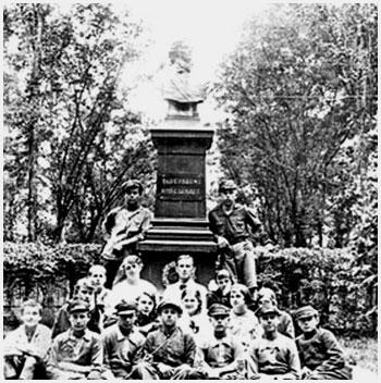 Любительское фото польской молодёжи у бюста Тадеушу Костюшко, установленного в парке Wolnosci в конце 20-х годов прошлого столетия
