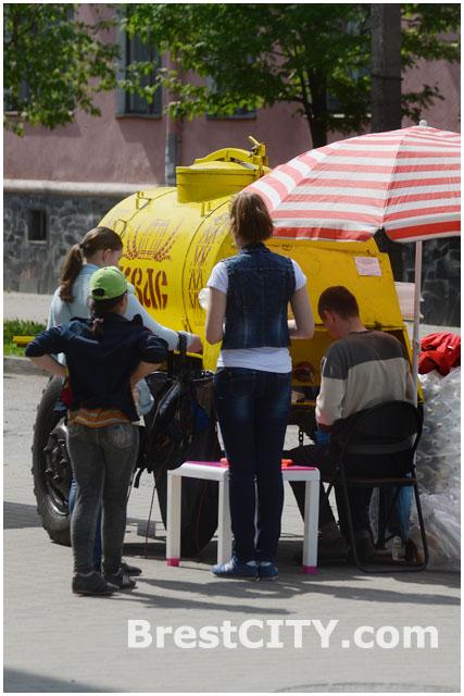 Продажа бочкового кваса на улице