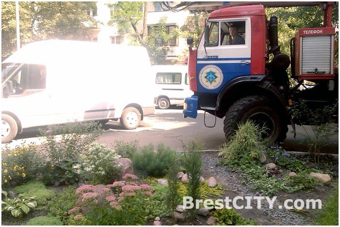 Припаркованные автомобили в дворе заблокировали проезд техники МЧС