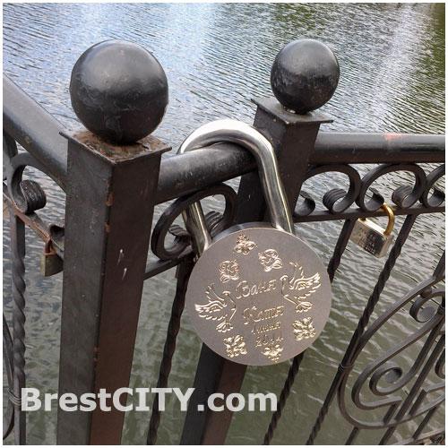 Большой свадебный замок на мосту в городском парке имени 1 мая в Бресте