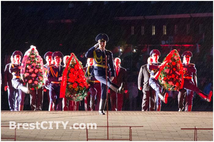 Возложение цветов к вечному огню в Брестской крепости.