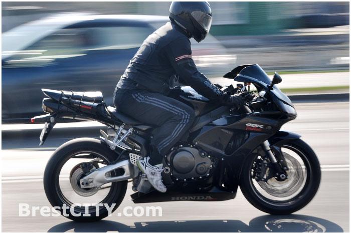 Мотоциклист на скорости едет по дороге