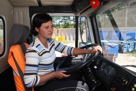 В Кобрине работает женщина-водитель мусоровоза